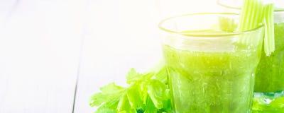 O cocktail vegetal feito do aipo sae, estilo de vida saudável em um fundo de madeira branco Foto de Stock Royalty Free