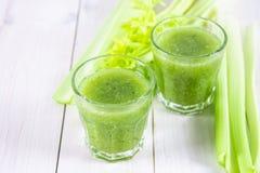 O cocktail vegetal feito do aipo sae, estilo de vida saudável sobre Imagens de Stock