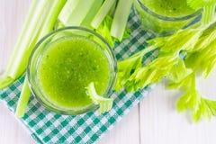 O cocktail vegetal feito do aipo sae, estilo de vida saudável sobre Imagem de Stock