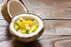 O coco maduro rachou-se ao meio salada de fruto do coco em uma meia foto de stock royalty free