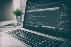 O codificador do cálculo do programa do código da codificação desenvolve o desenvolvimento do colaborador imagem de stock