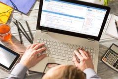 O codificador do cálculo do programa do código da codificação desenvolve o desenvolvimento do colaborador imagem de stock royalty free