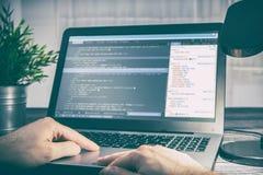 O codificador do cálculo do programa do código da codificação desenvolve o desenvolvimento do colaborador fotografia de stock