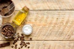 O coffe feito a mão dos cosméticos esfrega a vista superior no fundo de madeira imagens de stock