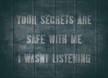 O cofre forte secreto escuta texto alerta ciente da tipografia fotografia de stock