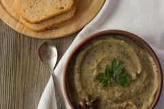 O cogumelo e as batatas desnatam a sopa na opinião superior da bacia Imagem de Stock