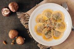 O cogumelo encheu a massa do ravioli, cena aérea no fundo de pedra Fotografia de Stock
