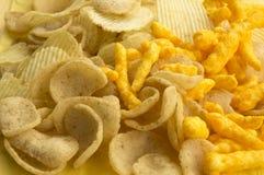O colesterol gordo da microplaqueta de batata salgou o conceito do fast food da sucata Foto de Stock Royalty Free