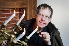 O coletor olha sua riqueza com velas iluminadas fotos de stock royalty free