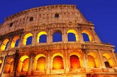 O coliseu em Roma, Itália, na noite imagem de stock