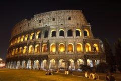 O Colosseum na noite imagens de stock