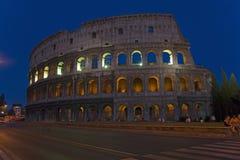 O Colosseum ou o Roman Coliseum no crepúsculo, originalmente Flavian Amphitheatre, um anfiteatro elíptico no centro da cidade imagens de stock royalty free