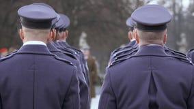 O comandante dá concessões aos soldados no uniforme azul, suporte dos soldados com suas partes traseiras à câmera video estoque
