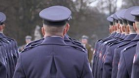 O comandante dá concessões aos soldados no uniforme azul, suporte dos soldados com suas partes traseiras à câmera Panorama vídeos de arquivo