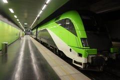 O comboio da periferia rápido do passageiro põr sobre os trilhos fotos de stock
