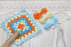 O começo da manta brilhante, cobertura Fazer crochê bolas feitos a mão do quadrado e do fio da avó Original colorido trabalho fei Imagens de Stock Royalty Free