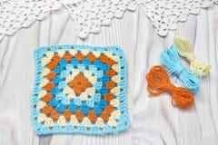 O começo da manta brilhante, cobertura Fazer crochê bolas feitos a mão do quadrado e do fio da avó Original colorido trabalho fei Imagem de Stock Royalty Free