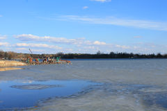 O começo da mola Gelo no lago Após o inverno Céu azul Paisagem impressionante e vista Fotos de Stock