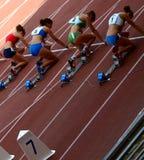 O começo de obstáculos elevados das mulheres Foto de Stock Royalty Free