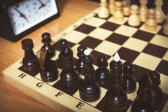 O começo do jogo de xadrez O primeiro movimento imagem de stock