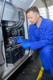 O começo do salto da fixação do mecânico cabografa ao ônibus de bateria Fotografia de Stock