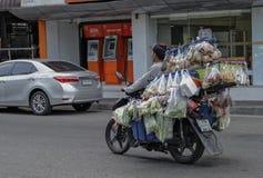 O comerciante do vegetal e do fruto vai trocar Fotos de Stock Royalty Free