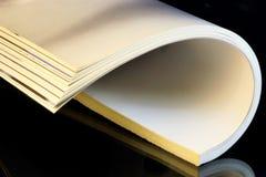 O compartimento ? um peri?dico impresso em um fundo criativo preto O jornal tem um rubrication permanente e cont?m artigos imagens de stock