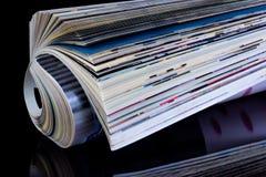O compartimento ? um peri?dico impresso em um fundo criativo preto O jornal tem um rubrication permanente e cont?m artigos imagem de stock