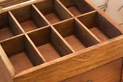 O compartimento vazio do recipiente da caixa de madeira isolou o quadro da teca fotografia de stock royalty free