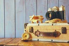O compasso, a corda, a câmera velha e o brinquedo aplanam conceito do explorador Imagem de Stock Royalty Free
