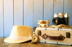 O compasso, a corda, a câmera velha e o brinquedo aplanam conceito do explorador Imagens de Stock Royalty Free