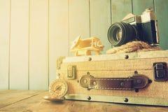 O compasso, a corda, a câmera velha e o brinquedo aplanam conceito do explorador Foto de Stock