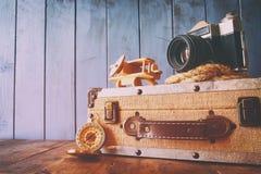 O compasso, a corda, a câmera velha e o brinquedo aplanam conceito do explorador Imagem de Stock