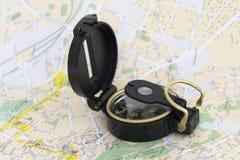 O compasso e o mapa Imagens de Stock