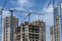O complexo das construções sob a construção e os guindastes Fotografia de Stock Royalty Free