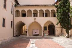 O complexo, dedicado aos SS Annunziata e constituído pela igreja com o palácio anexado, Sulmona imagens de stock royalty free