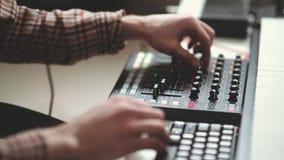 O compositor moderno escreve a música eletrônica, trabalha atrás do painel filme