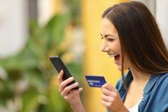 O comprador excitado compra na linha com cartão de crédito fotografia de stock royalty free