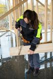 O comprimento completo da mão fêmea de Cutting Wood With do carpinteiro considerou Imagem de Stock Royalty Free