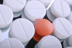 O comprimido vermelho e branco encerra a pilha Foto de Stock Royalty Free