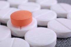 O comprimido vermelho e branco encerra a pilha Imagem de Stock
