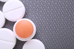 O comprimido vermelho e branco encerra a pilha imagens de stock