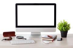 O computador com tela isolada está na tabela imagens de stock