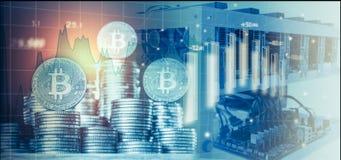 O computador para a mineração de Bitcoin e o bitcoin inventam em cartas de um mercado de valores de ação imagens de stock