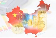 O computador para a mineração de Bitcoin e a moeda do bitcoin inventam em cartas de um mercado de valores de ação no mapa da band Imagem de Stock Royalty Free