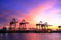 O comércio da importação e de exportação do porto transporta a logística Fotos de Stock Royalty Free