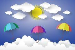 O conceito é o dia feliz, guarda-chuva da cor completa no céu azul com S Foto de Stock Royalty Free