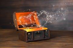 O conceito bonito da caixa retro com milagre claro do coração corteja sobre Fotografia de Stock