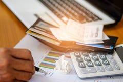 O conceito, calcula a renda e as despesas para comprar uma casa imagem de stock