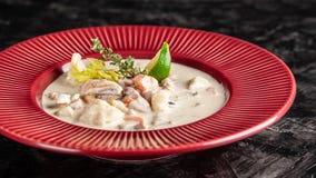 O conceito da culinária americana Sopa de batata da clam chowder com alimento de mar, mexilhões, salmões Sopa do caldo dos peixes imagens de stock royalty free